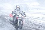 Кытайдагы катуу кар учурунда көчөдө бараткан мотоциклист