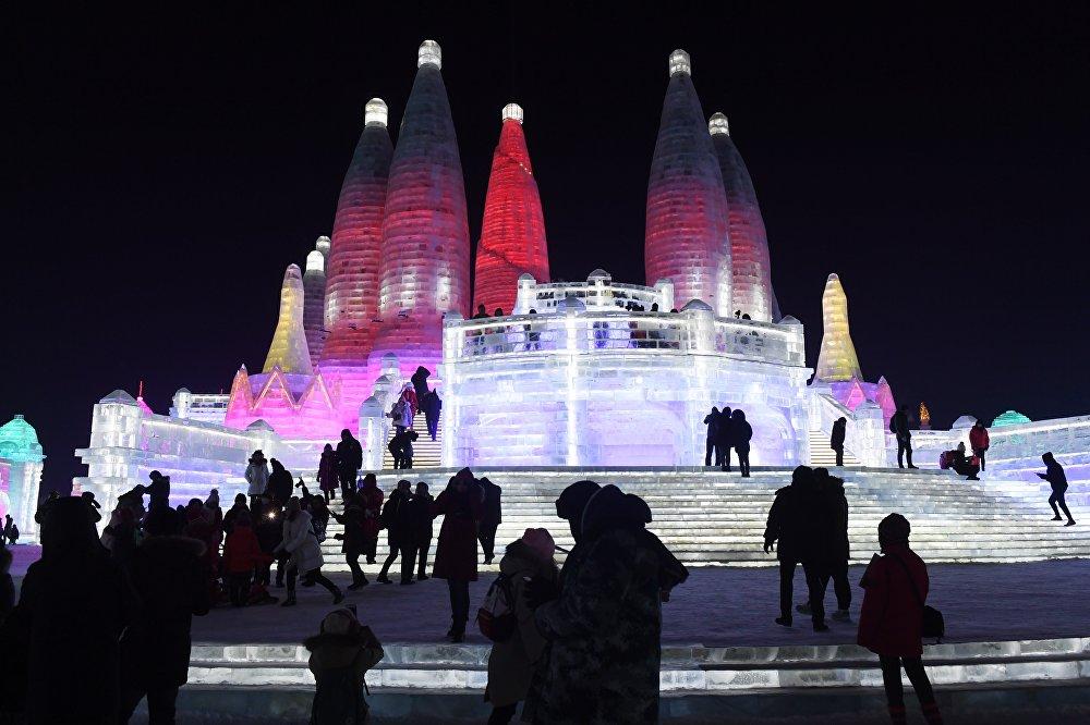 Кытайда муз менен кардын эл аралык фестивалы өтүп жатат. Майрам 1963-жылдан бери өткөрүлүп келет. Быйылкысы 5-январдан 5-февралга дейре уланат. Харбин фестивалы — Саппородогу (Япония) кар фестивалы, Квебектеги (Канада) кыш карнавалы жана Норвегиядагы лыжа фестивалы менен бир катарда турган төрт ири иш-чаранын бири