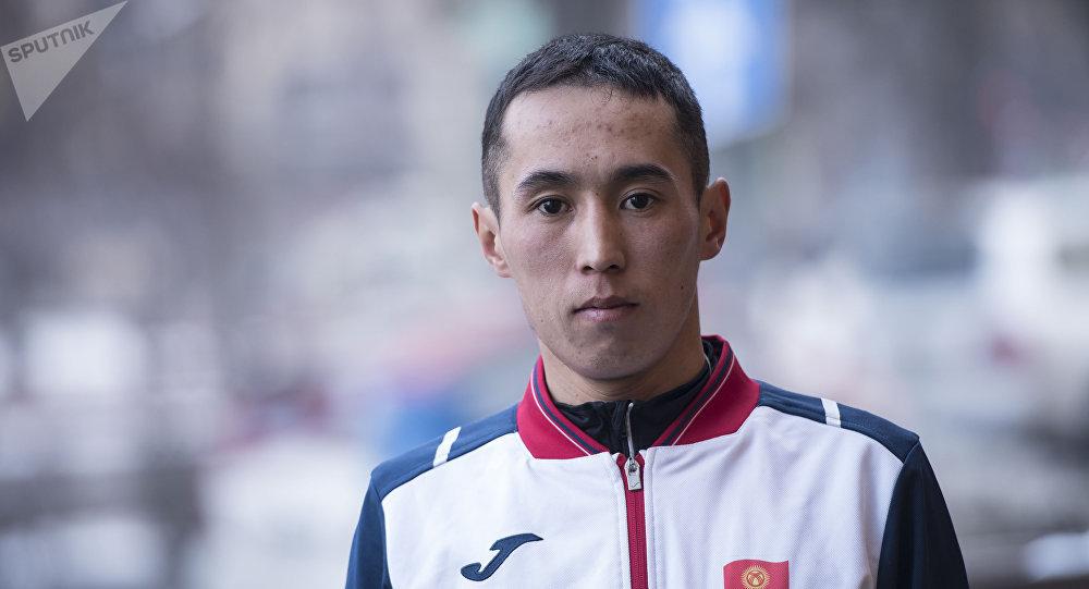 Кытайда өткөн марафондо баш байгени багындырган Адилет Кыштакбеков
