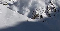 С лавиной наперегонки — видео опасного развлечения сноубордиста