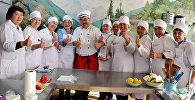 Кулинар и публицист Данияр Деркембаев во время составления обеда столичным школьникам