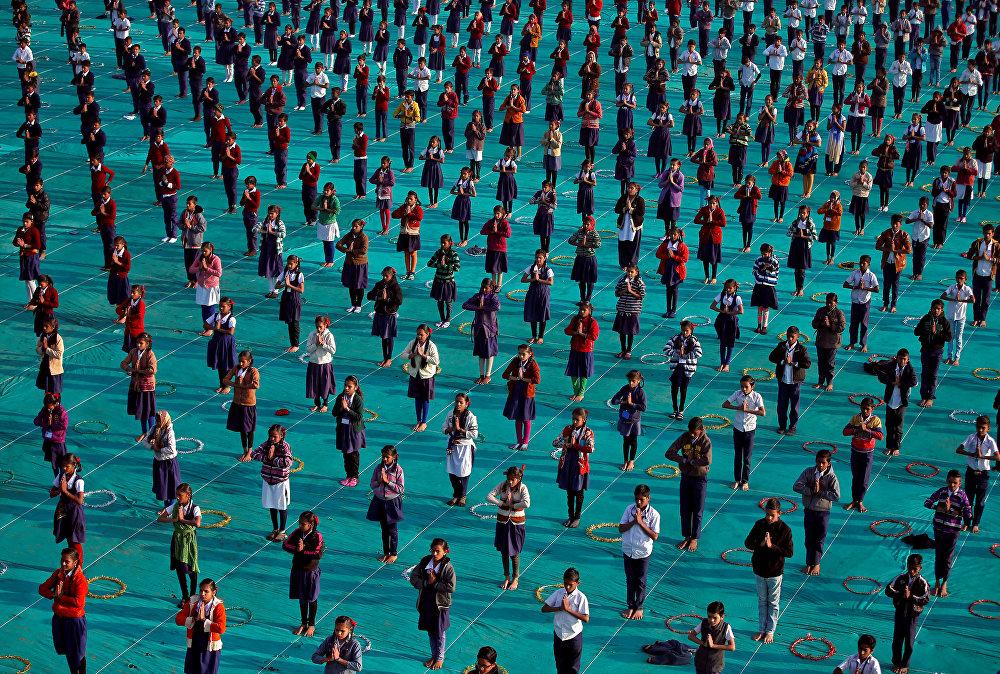 Индиянын Ахмадебад шаарында бир жумалык лагерде эс алган окуучулардын акыркы күнү. Йога менен машыгуу