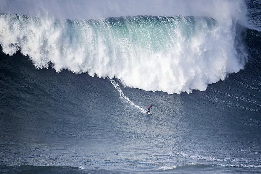 Португалиянын Назаре шаарындагы мелдеште ат салышып жаткан серфингист