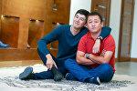Актер жана режиссерлор Бакыт Осмонканов жана Жеңиш Майрамбек уулу. Архивдик сүрөт