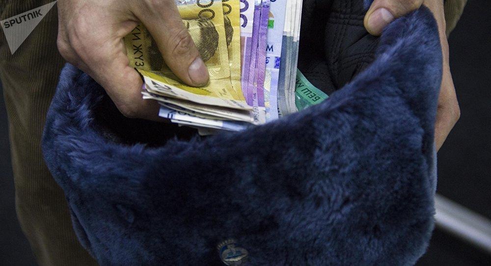 Фуражка сотрудника МВД КР и деньги. Архивное фото