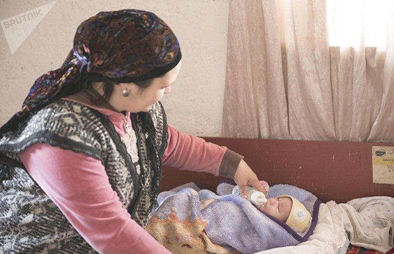 33-летняя мать-одиночка Альбина Наврузова, живущая в селе Раздольный Сокулукского р-на кормит ребенка
