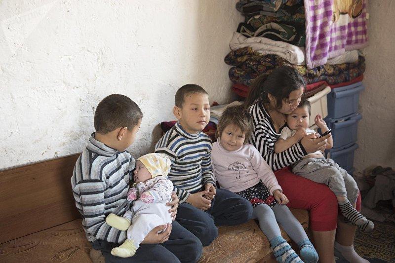 Дети многодетной матери-одиночки Альбины Наврузовой, живущие в селе Раздольный Сокулукского р-на