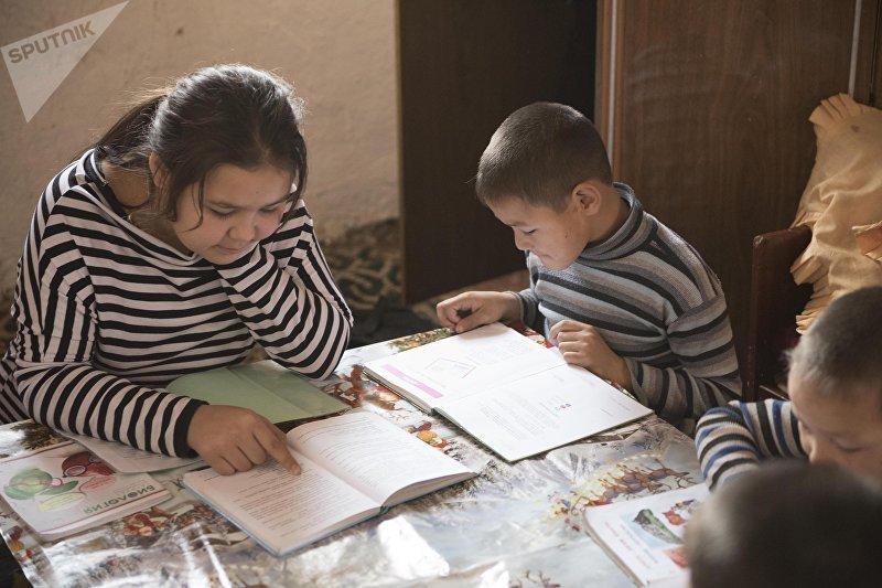 Дети многодетной матери-одиночки Альбины Наврузовой, живущие в селе Раздольный Сокулукского р-на делают уроки