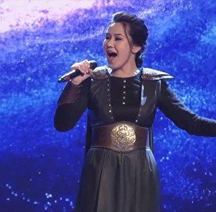 Победительница шоу Асман Жанар Туратова во время выступления