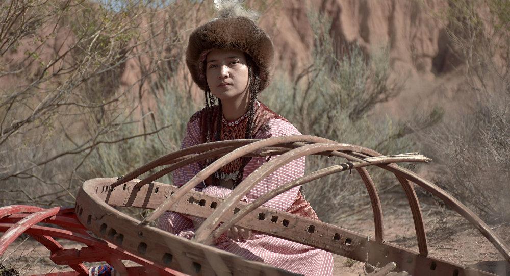 Во время съемок кыргызского мюзикла Дарак ыры, режиссера Айбека Дайырбекова. Архивное фото