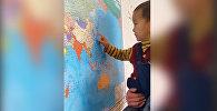 Двухлетний мальчик из Оша знает карту мира и флаги стран — видео