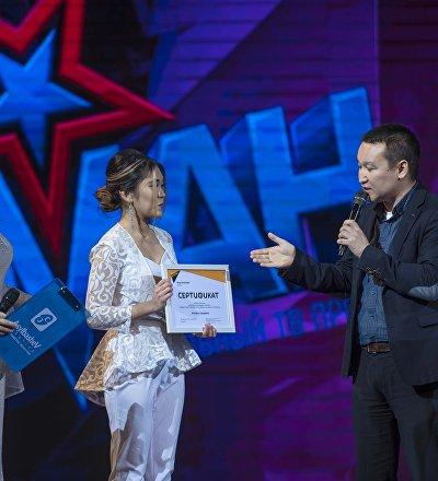 Шеф-редактор Sputnik Кыргызстан Эркин Алымбеков во время награждения участницы шоу Асман Мэлани Сариевой