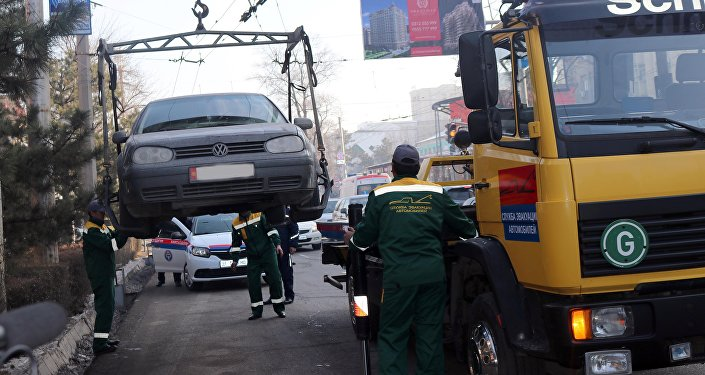 Эвакуация машин за неправильную парковку в Бишкеке