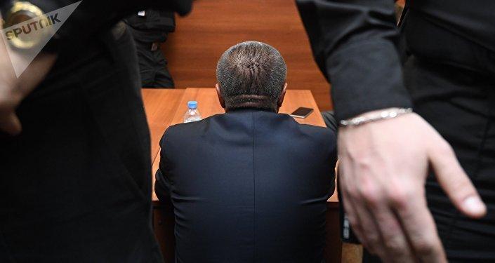 Архивное фото мужчины, который сидит спиной