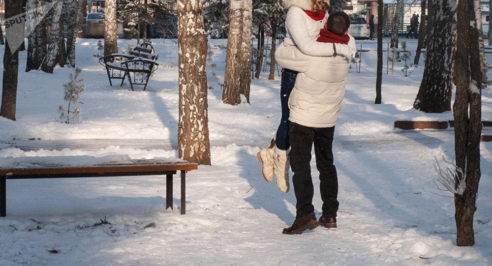 Парень и девушка в парке. Архивное фото