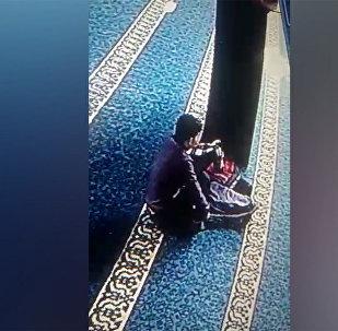 Аламүдүн базарындагы мечиттен сумка уурдады делген киши видеого түшүп калган