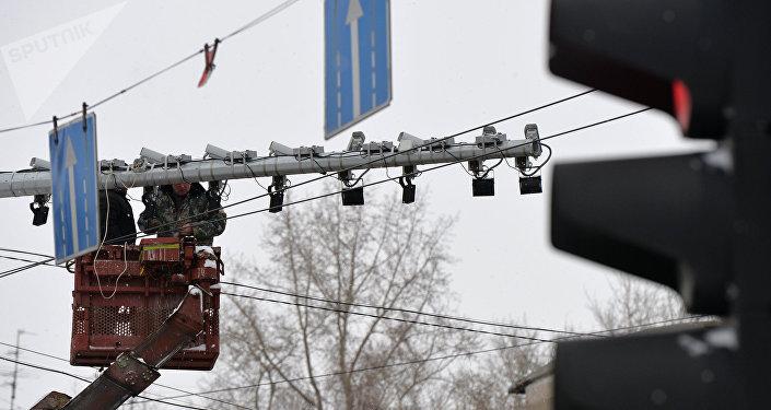 Технические работы на комплексе автоматической фиксации нарушений правил дорожного движения на перекрестке улиц. Архивное фото