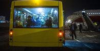 Пассажиры в автобусе перед посадкой в самолет. Архивное фото