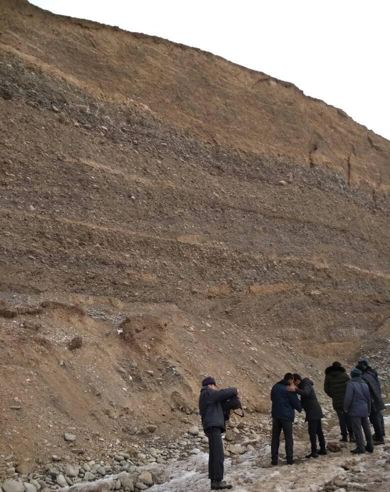 Сотрудники милиции на месте обнаружения тела сорвавшегося со скалы мужчины