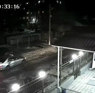 Таксист врезался в авто и уехал — видео с камеры наблюдения в Бишкеке
