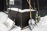 Инструменты для уборки снега. Архивное фото