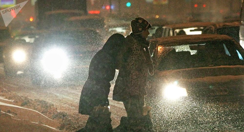 Пешеходы пытаются перейти автодорогу. Архивное фото