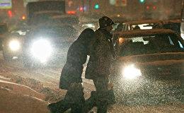 Москва шаарында жолду өтүп бараткан жүргүнчүлөр. Архивдик сүрөт