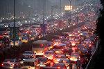 Автомобильный затор на улице в Пекине
