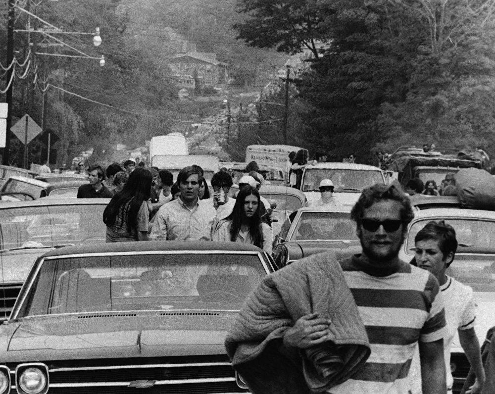 Самая первая в истории автопробка образовалась в 1969 году и сейчас кажется маленькой и несерьезной. 32-километровый затор из полумиллиона автомобилей и фургонов стал серьезной помехой для зрителей и участников Вудстокской ярмарки музыки и искусств, проходившей на теперь знаменитой ферме Макса в штате Вашингтон.