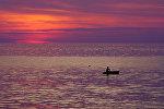 Рыбак в лодке в море у побережья Таиланда. Архивное фото