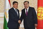 Архивное фото президента Таджикистана Эмомали Рахмона и главы Кыргызстана Сооронбая Жээнбекова