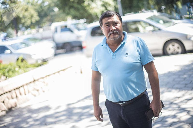 Генерал-полковник армии Абдыгул Чотбаев у здания Sputnik