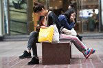 Девушки сидят на скамейке. Архивное фото