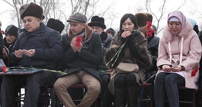 Церемония открытия памятника погибшим в результате авиакрушения в Дача СУ