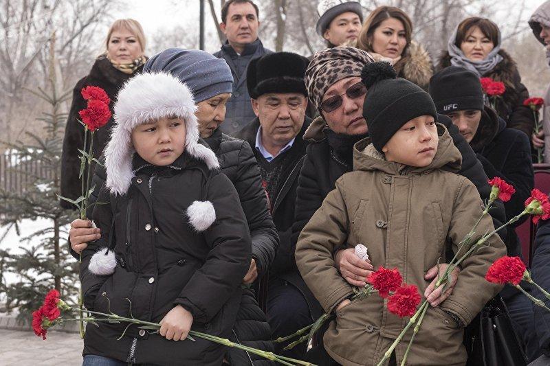 Родственники погибших на церемонии открытия памятника погибшим в результате авиакрушения в Дача СУ