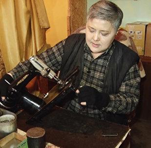 Баткендик уста аял Сайрагүл Жумабаева 20 жылдан бери тигүүчү машина оңдоп келет