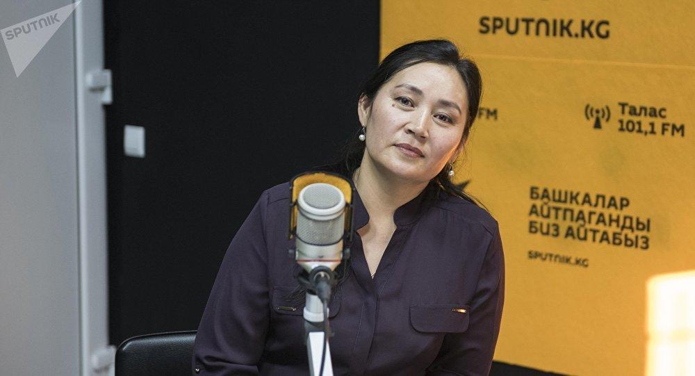 Таалайкан Абазова Sputnik Кыргызстан агенттигине маек берип жатканда