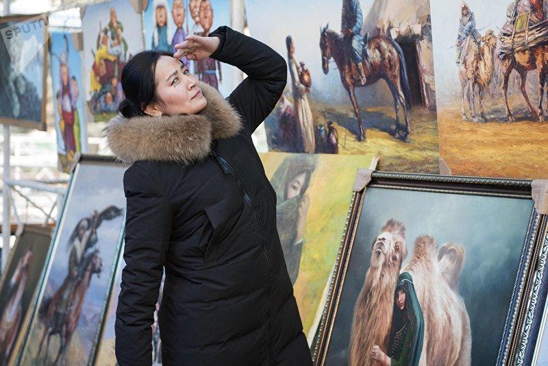 Актриса Таалайкан Абазова во время прогулки по галерее художников