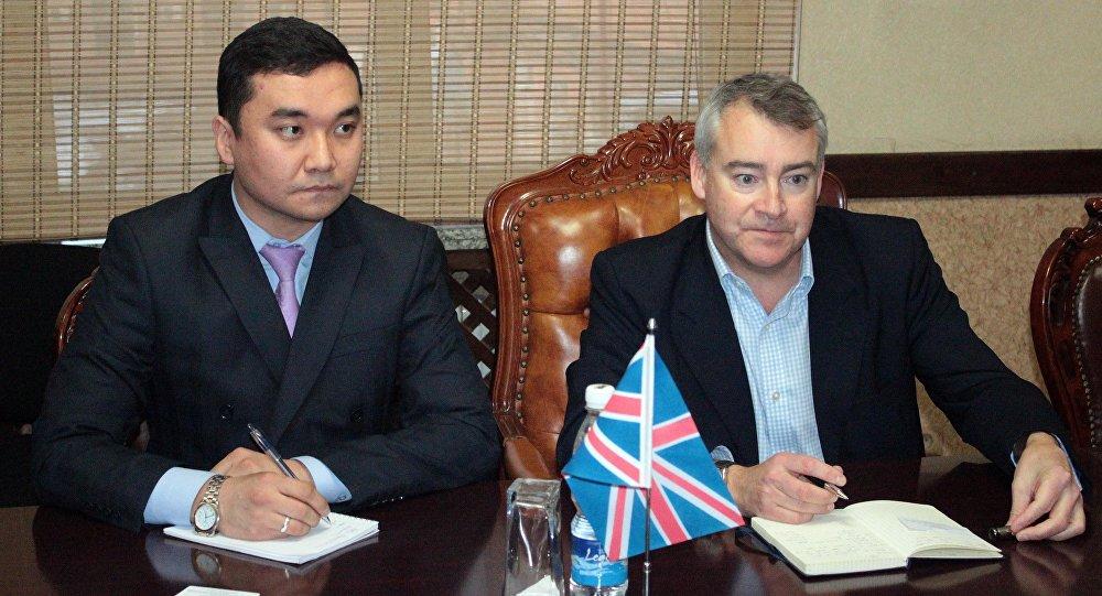 Посол Великобритании и Северной Ирландии в КР Робин Орд-Смит во время встречи с министро экономики Артемом Новиковым