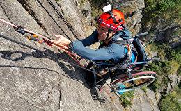 Китайский атлет-инвалид Лай Чи-Вай в инвалидной коляске поднимается на скалу в Гонконге