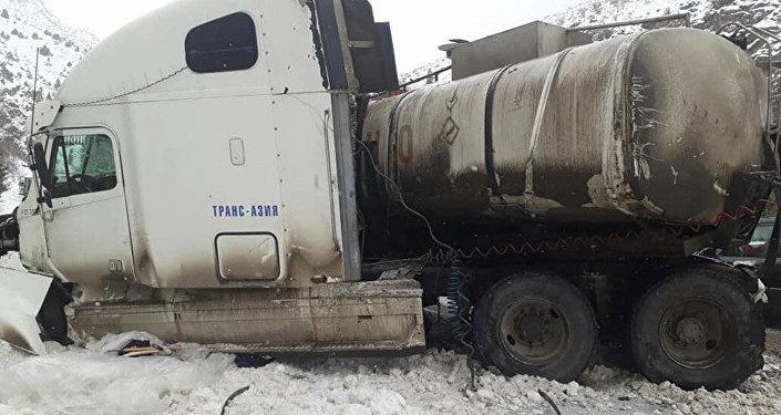 13 января на автотрассе Бишкек — Ош столкнулись бензовоз и легковой автомобиль марки Opel Zafira