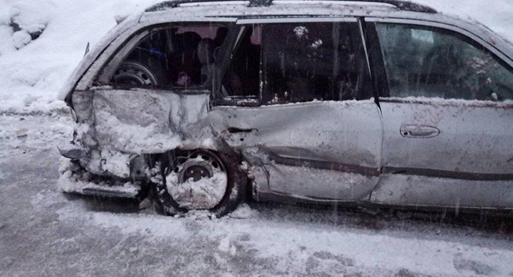 В субботу 13 января на трассе Бишкек — Ош автомобиль марки Mazda 626 попал под камнепад