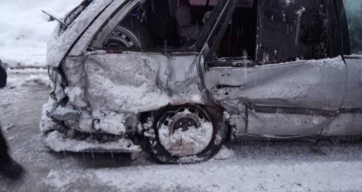 Под камнепад попал один автомобиль, один пассажир получил легкие раны, ему была оказана медицинская помощь.