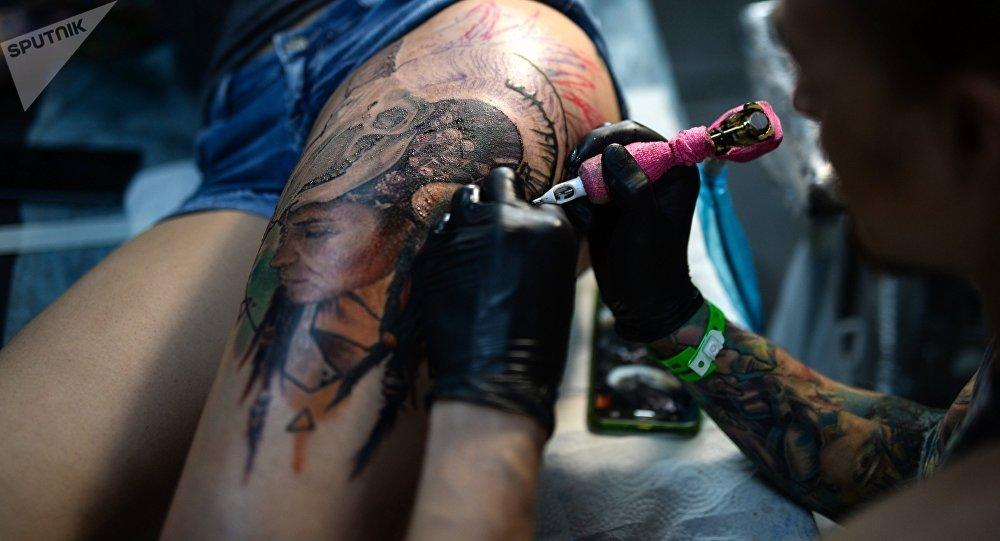 Татуировщик во время работы. Архивное фото
