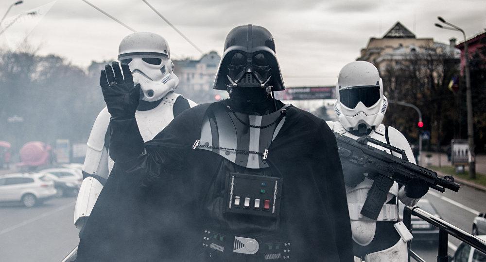 Аниматоры одетые как Дарт Вейдер и имперские штурмовики. Архивное фото