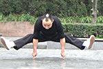 Мастер кунг-фу отжимается на двух пальцах