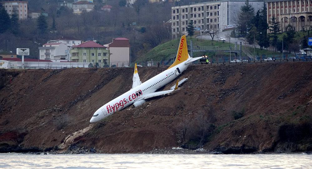 Самолет Pegasus Airlines выкатившийся за пределы посадочной полосы после аварийной остановки в аэропорту Трабзона, Турция, 14 января 2018 года