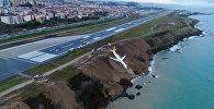 Самолет Pegasus Airlines выкатившийся за пределы посадочной полосы после аварийной посадки в аэропорту Трабзона, Турция, 14 января 2018 года