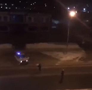Российские полицейские забросали угонщика снежками — видео