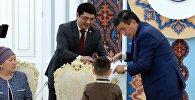 Президент КР Сооронбай Жээнбеков, встретился с детьми, которые потеряли своих родных в результате крушения грузового самолета Боинг-747 в селе Дача-Су